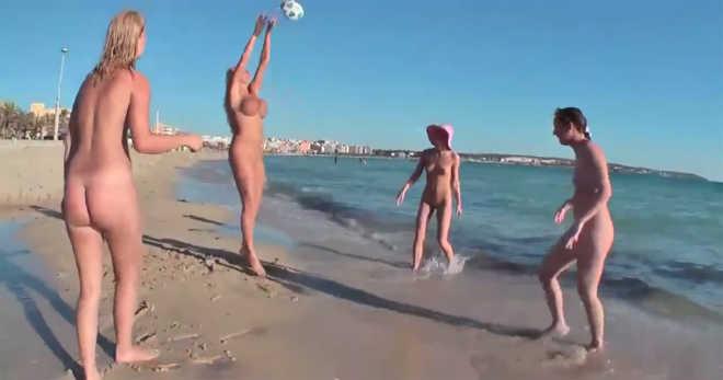 nyar-tengerpart-meztelen-lanyok