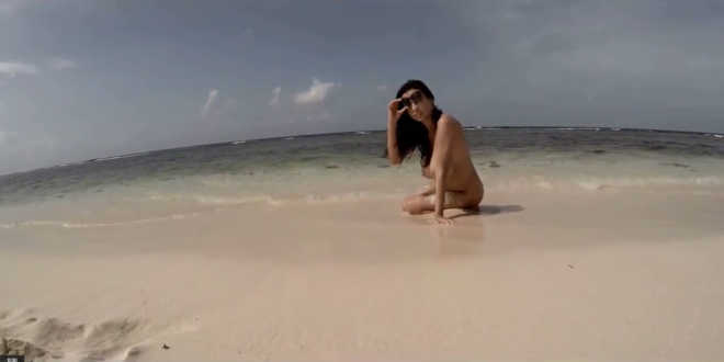 nagymellu-csajszi-a-tengerpart-homokjaban